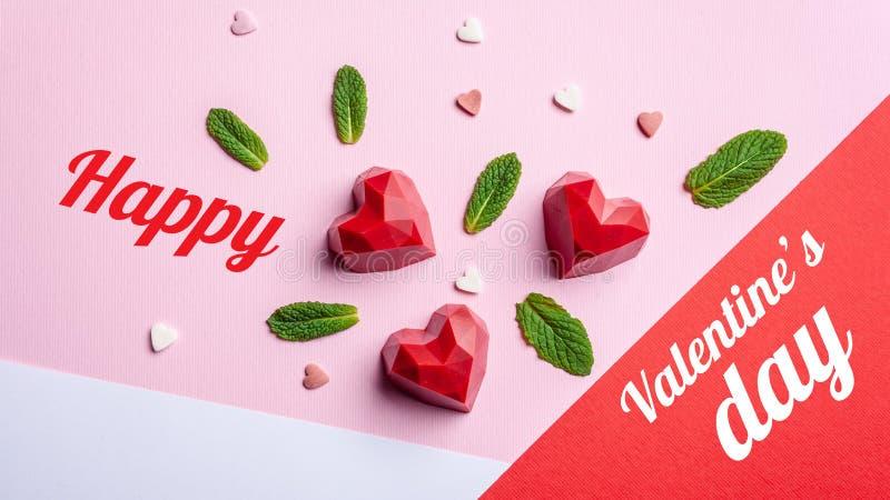Groetkaart met de dag van Valentine ` s Het met de hand gemaakte gebakje van chocoladesnoepjes met aardbei het vullen, op een kra royalty-vrije stock afbeelding