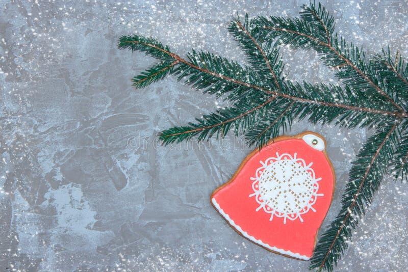 Groetkaart met decoratieve peperkoek, nette tak en giftdozen op een grijze cementachtergrond Overheadkosten van Kerstmis nieuw st stock afbeelding