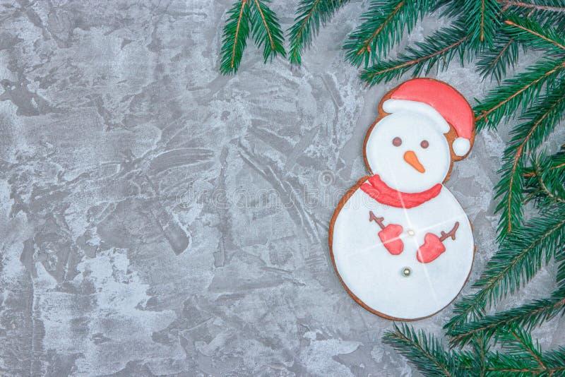 Groetkaart met decoratieve peperkoek, nette tak en giftdozen op een grijze cementachtergrond Overheadkosten van Kerstmis nieuw st royalty-vrije stock fotografie
