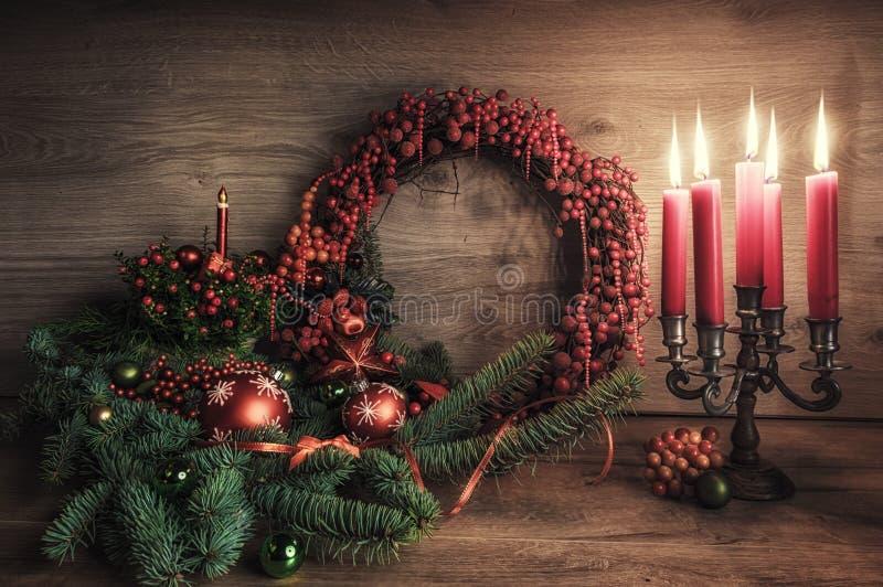 Groetkaart met gaultheria, poinsettia en Kerstmisdecorati royalty-vrije stock afbeelding