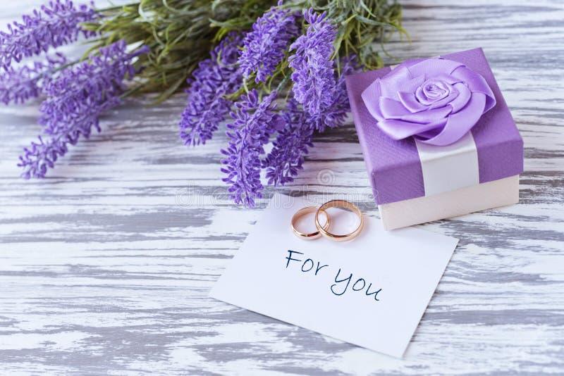 Groetkaart met lilac bloemenlavendel met giftdoos met tra stock fotografie