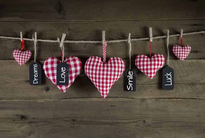 Groetkaart met rode gecontroleerde harten en felicitaties stock foto
