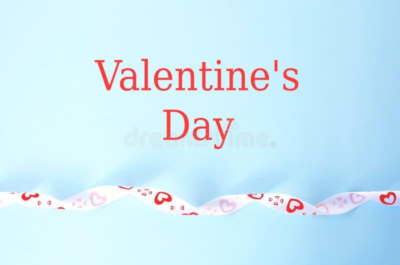 Groetkaart voor de Dag van Valentine in blauw met tekst stock foto