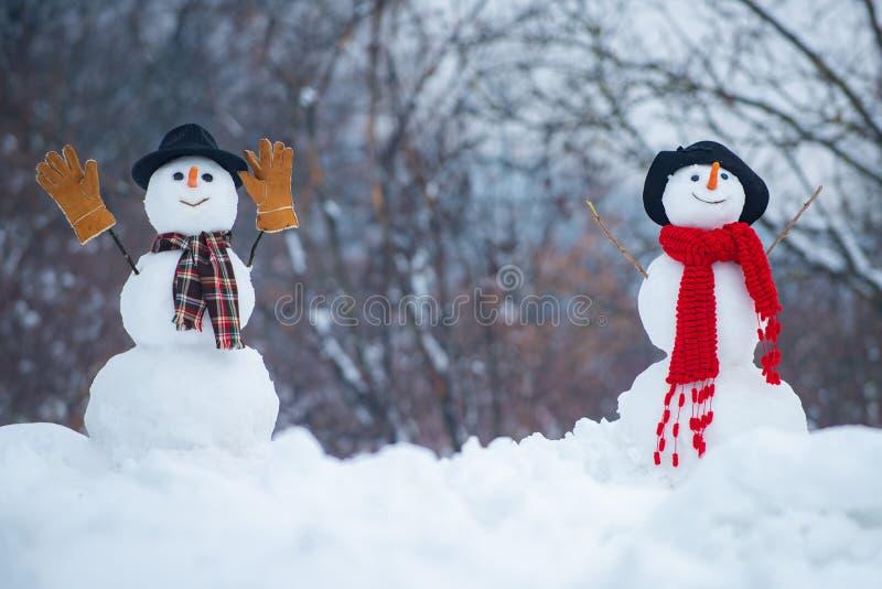 Groetsneeuwman Gelukkige glimlachende sneeuwmens op zonnige de winterdag Vrolijke Kerstmis en Gelukkig Nieuwjaar Sneeuwman twee o stock afbeelding