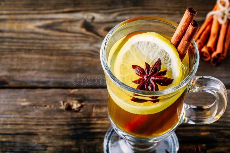 Grog épicé chaud de cidre d'Apple avec le bâton de citron, de miel et de cannelle en verre image stock