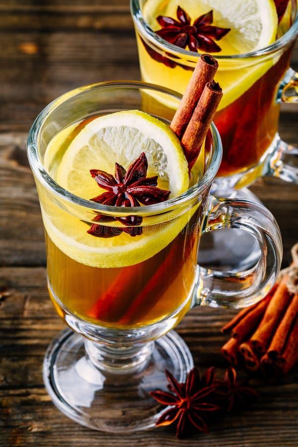 Grog épicé chaud de cidre d'Apple avec le bâton de citron, de miel et de cannelle en verre images libres de droits