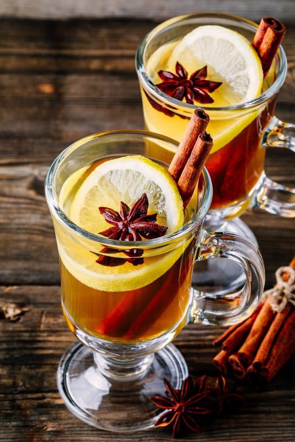 Grog épicé chaud de cidre d'Apple avec le bâton de citron, de miel et de cannelle en verre image libre de droits