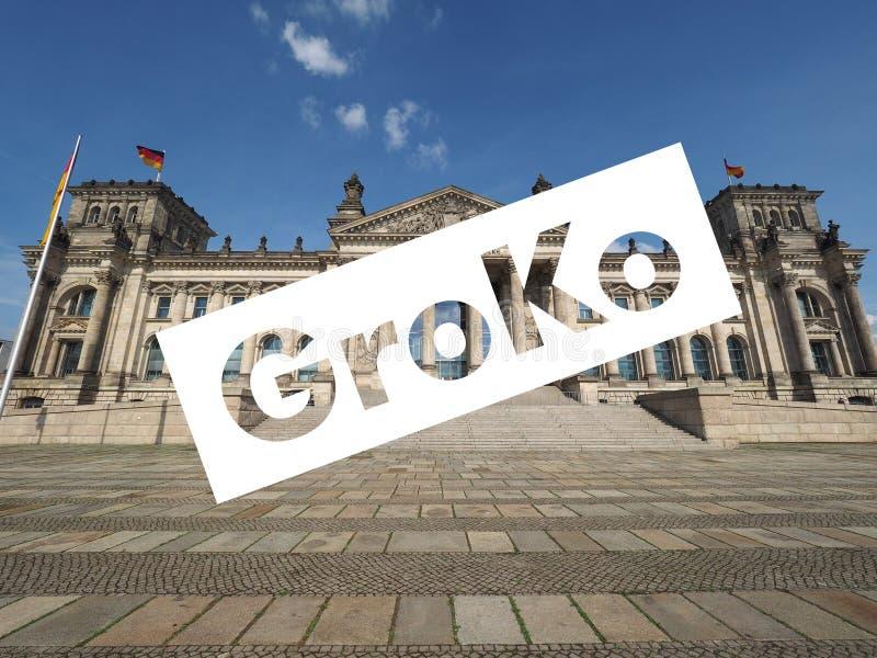 Groko (Grosse Koalition) over Reichstag-het parlement in Berlijn stock foto's