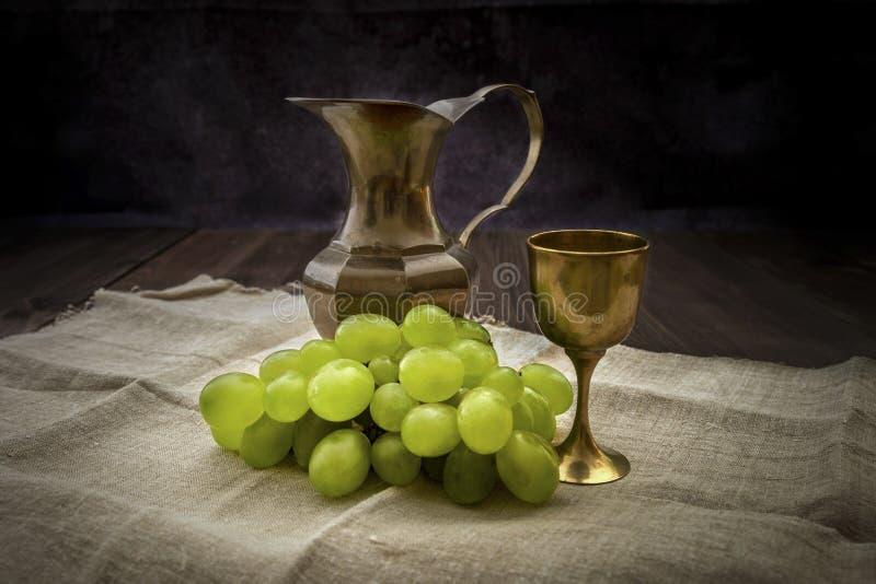 Gromada winogron z dzbankiem wina na ręczniku płóciennym obraz stock
