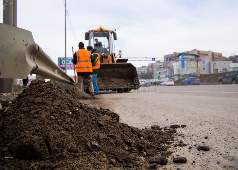 Gromadzenie na poboczu drogi pala piasku i gruzu drogowego obrazy stock