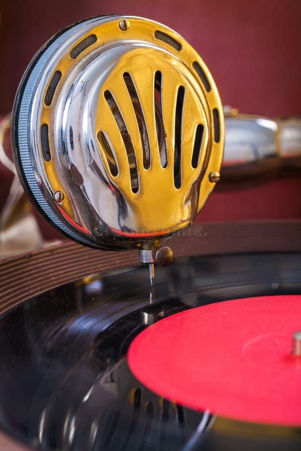 Gromophone högtalare på vinylskivaslut upp fotografering för bildbyråer