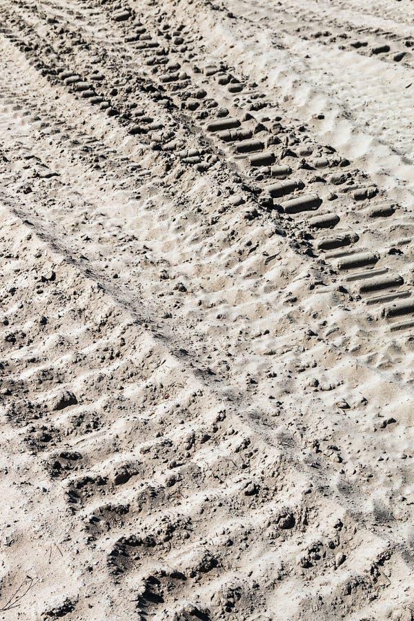 Grond en zand en sporen verlaten door tank, tractor of andere royalty-vrije stock fotografie