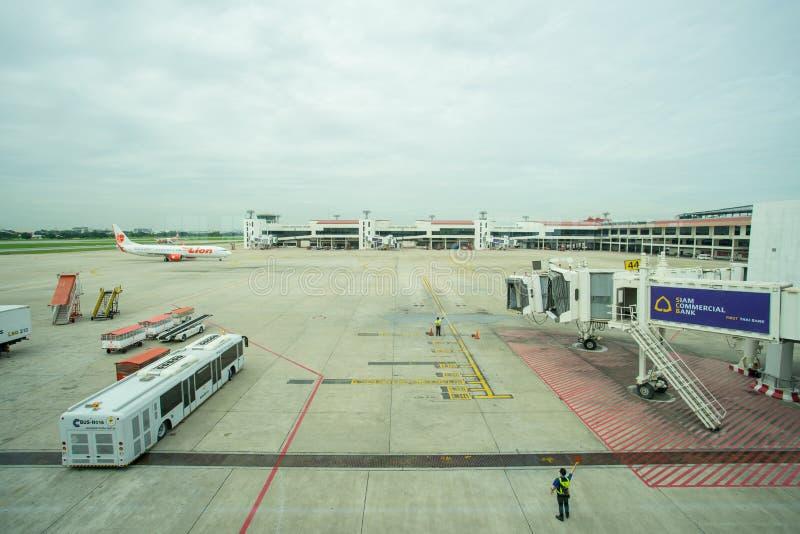 Grondbemanning die een inkomend vliegtuig leiden in positie stock afbeeldingen