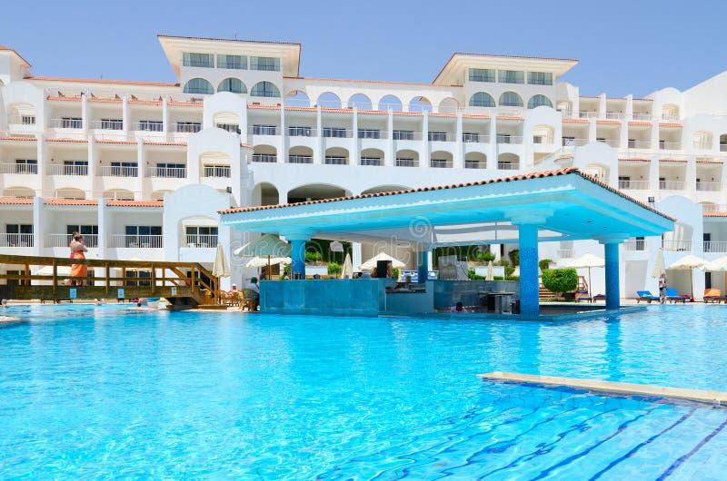 Grondgebied van ex Savita Toevlucht 5 van hotelsiva sharm * in Haaienbaai, Sharm el Sheikh, Egypte Hoofdgebouw en poolbar royalty-vrije stock afbeelding