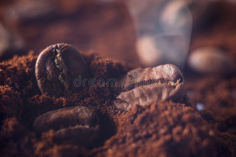 Grondkoffie en korrels macroschot Rook van vers geroosterde koffiebonen stock afbeeldingen