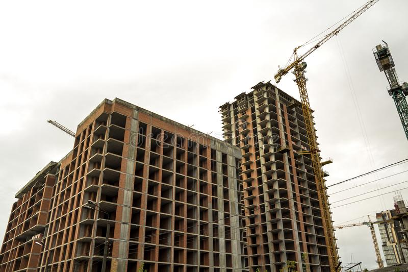 Grondmening van een nieuwe moderne woonwoningbouw in aanbouw Het concept van de onroerende goederenontwikkeling Multiverhaalhuis  stock foto's