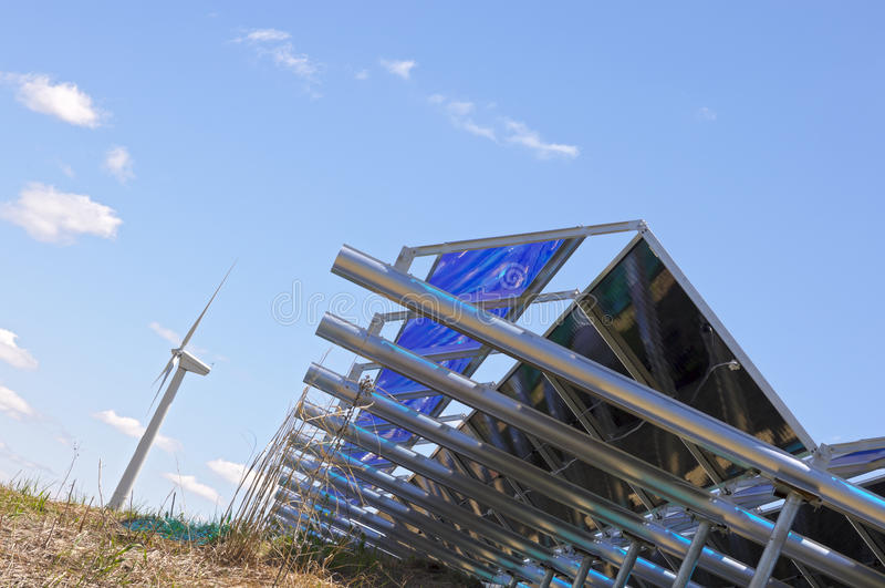 Grondniveau Zonneserie en Windturbine royalty-vrije stock foto's
