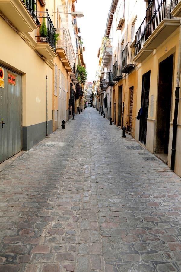Grondniveaumening van een smalle straat met rij van flats in Granada stock foto