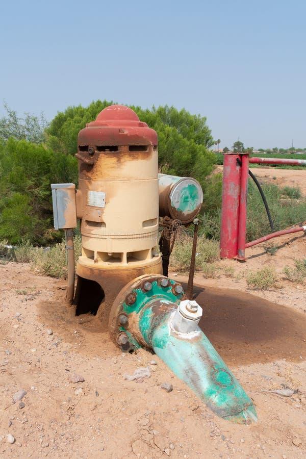 Grondpomp om water voor irrigatie van de gebieden te leveren stock foto's