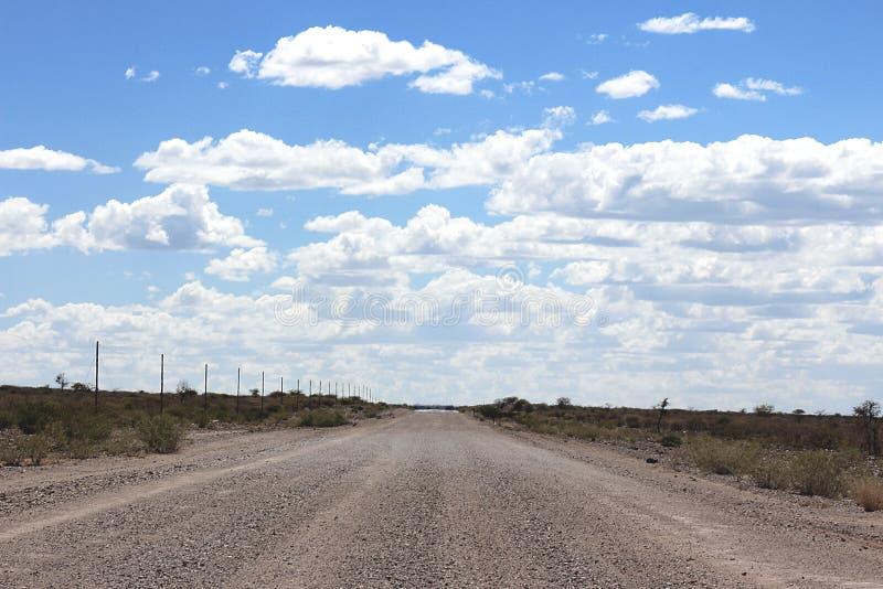 Grondweg door de woestijn stock fotografie