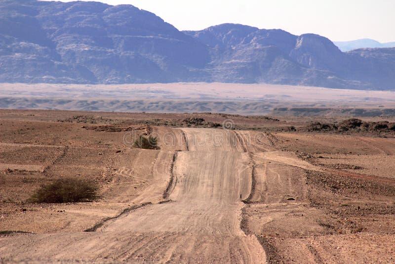Grondweg door de woestijn stock foto
