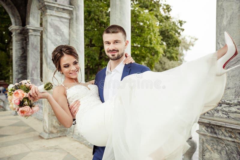 Groom держа невесту стоковое изображение rf