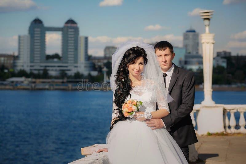 Groom и невеста во время прогулки стоковые изображения