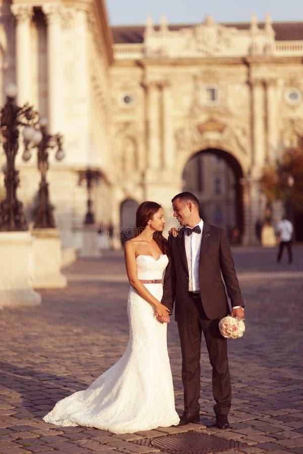 Groom и невеста в городе стоковые фотографии rf
