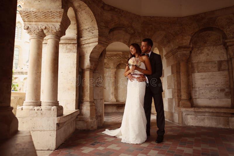 Groom и невеста в городе стоковые фото