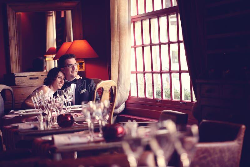 Groom и невеста в ресторане стоковое фото
