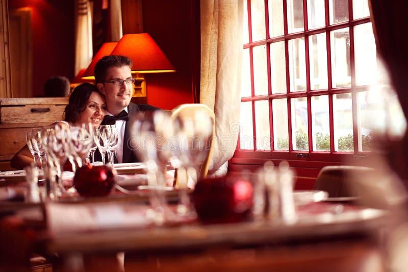 Groom и невеста в ресторане стоковые изображения rf