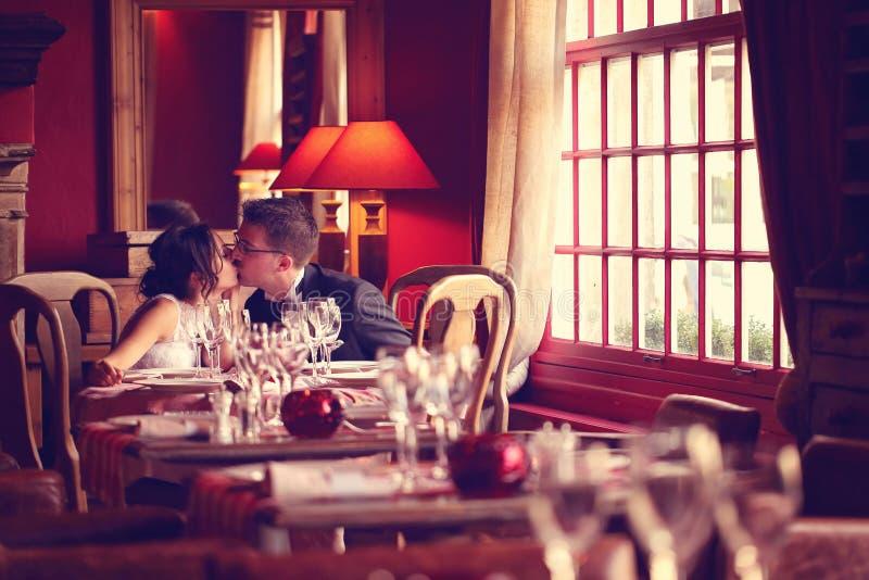 Groom и невеста в ресторане стоковые фотографии rf
