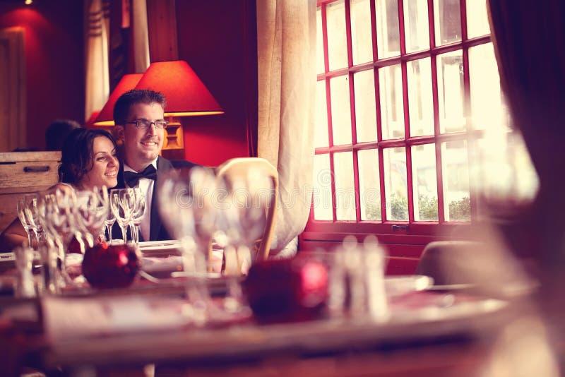 Groom и невеста в ресторане стоковая фотография rf