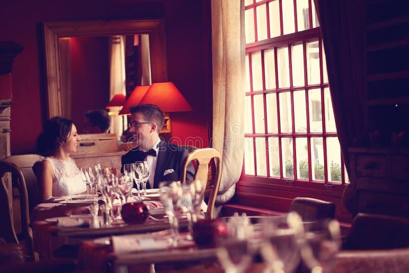 Groom и невеста в ресторане стоковые изображения