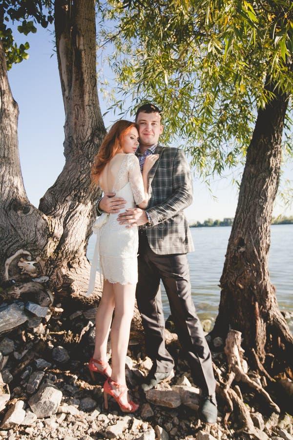 Groom и невеста на речном береге стоковые фото