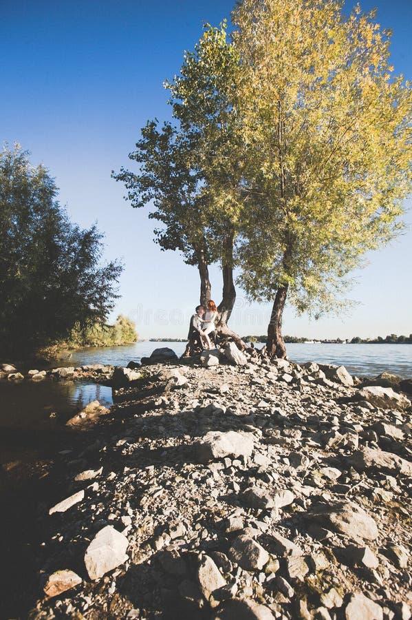 Groom и невеста на речном береге стоковое фото rf