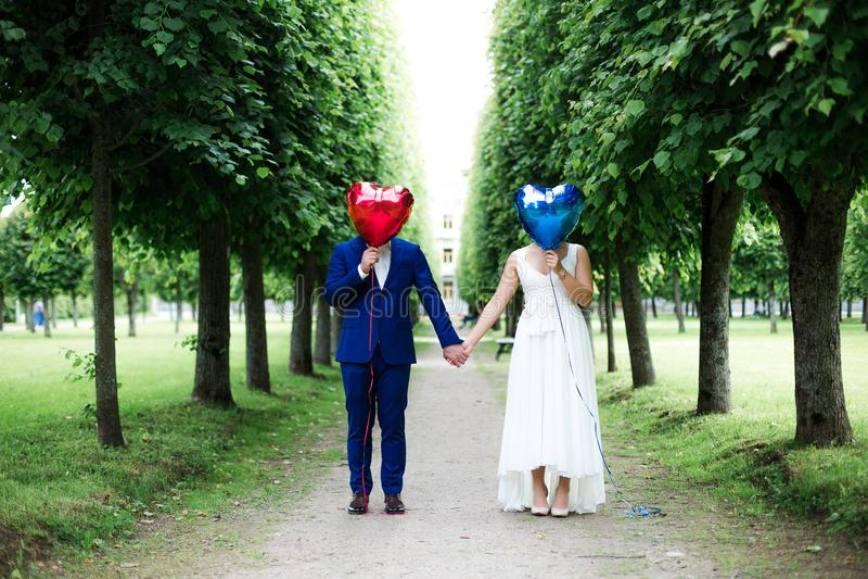Groom и невеста с воздушными шарами на тротуаре стоковое изображение rf