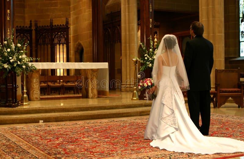 groom крупного плана невесты алтара стоковое изображение