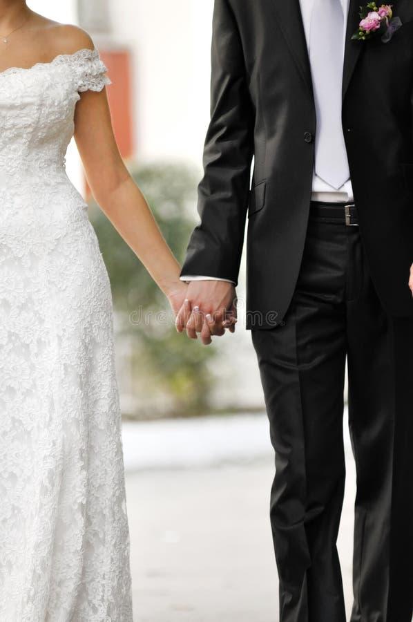 groom невесты вручает удерживание стоковые изображения rf