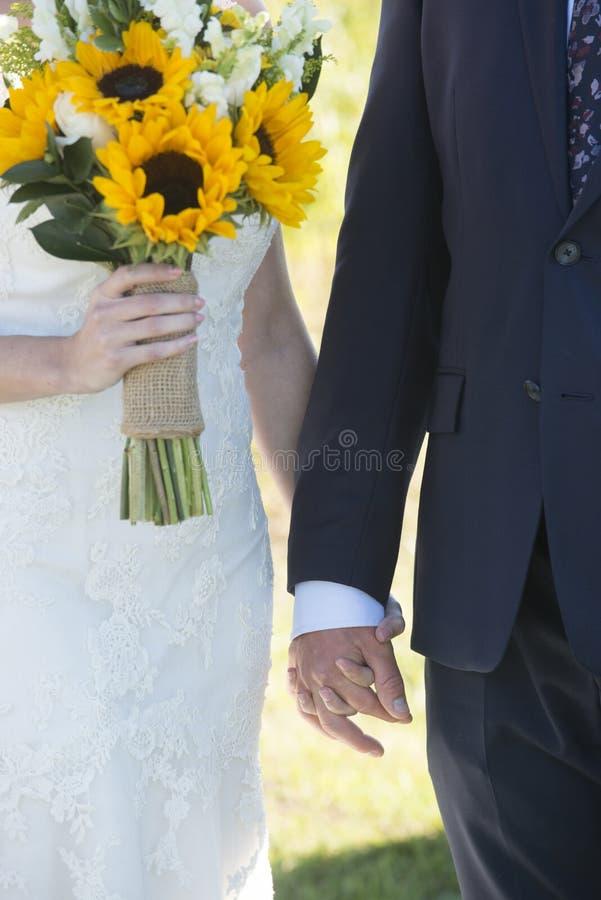 groom невесты вручает удерживание стоковые фотографии rf