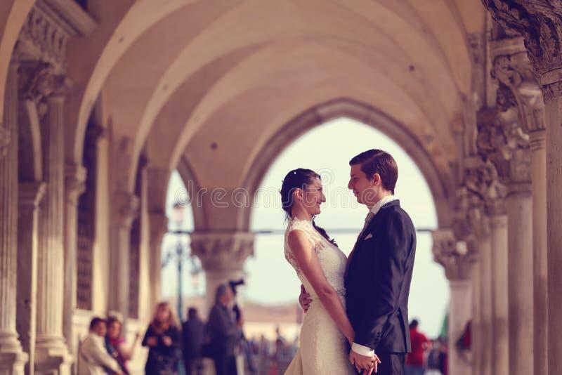 groom невесты вручает удерживание стоковые фото