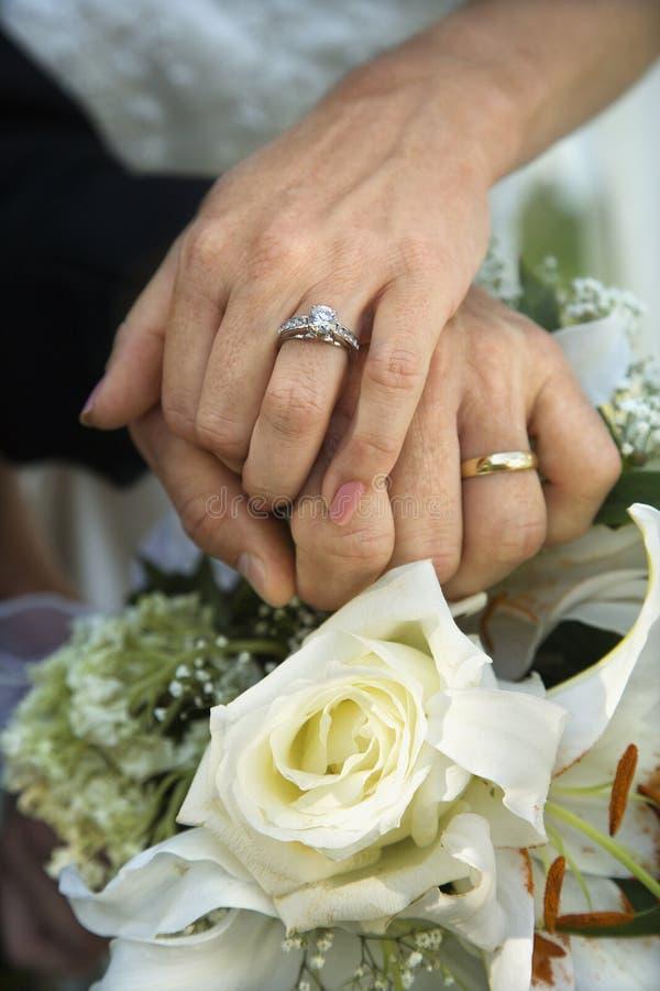groom невесты вручает s стоковая фотография rf
