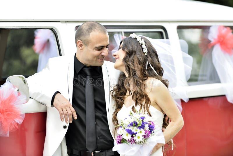 Download Groom невесты напольный стоковое фото. изображение насчитывающей потеха - 41659972