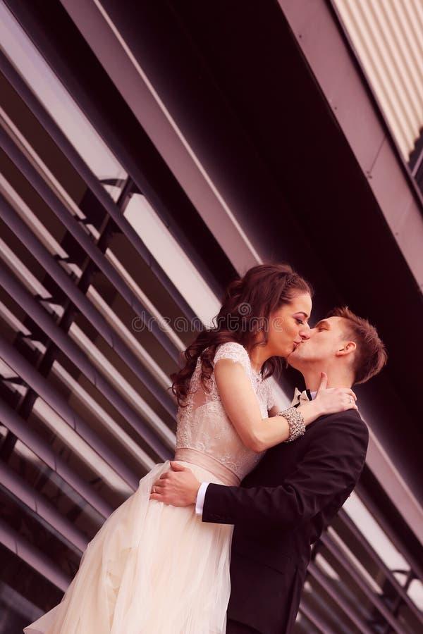 groom невесты обнимая стоковые фотографии rf