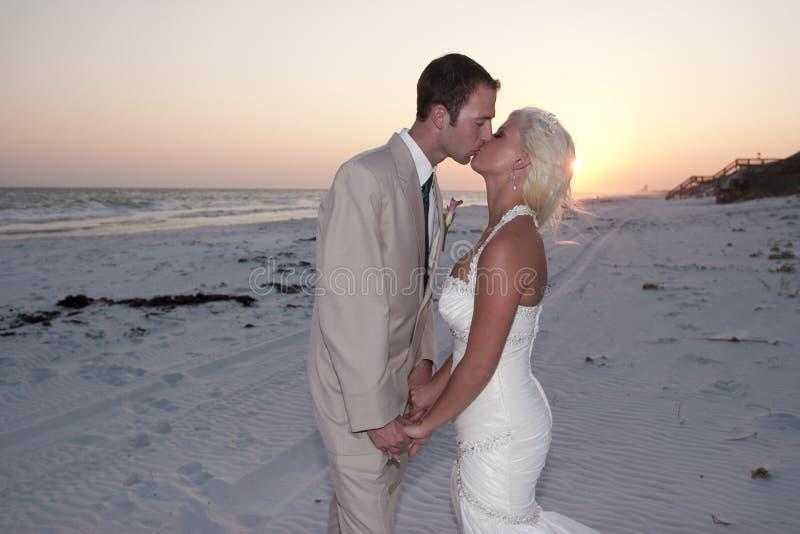 groom невесты пляжа стоковые изображения rf