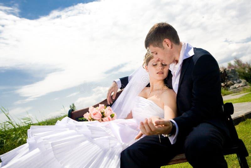 Download Groom невесты стенда стоковое изображение. изображение насчитывающей цветки - 6857343