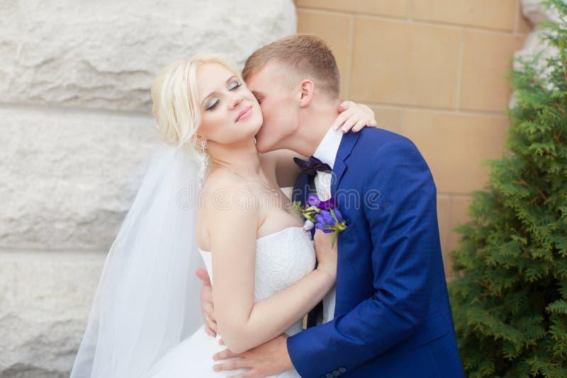 Download Groom нежно обнимает плеча ` S невесты Стоковое Фото - изображение насчитывающей привлекательностей, мужчина: 81802158