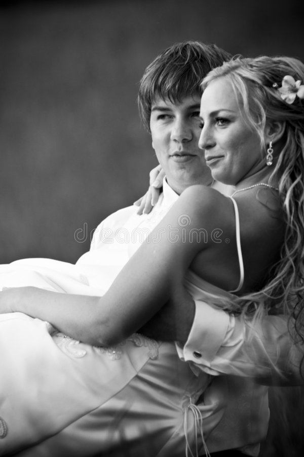 groom нося невесты стоковое изображение rf