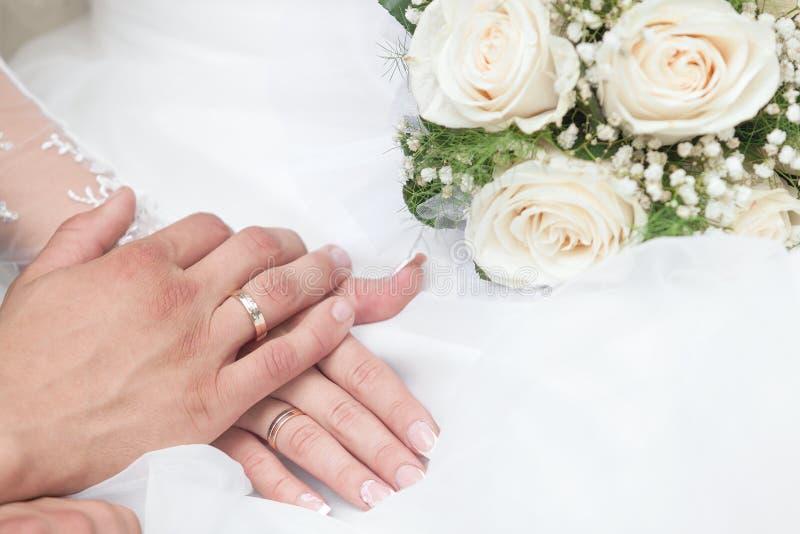 Groom обнимает невесту стоковое фото rf