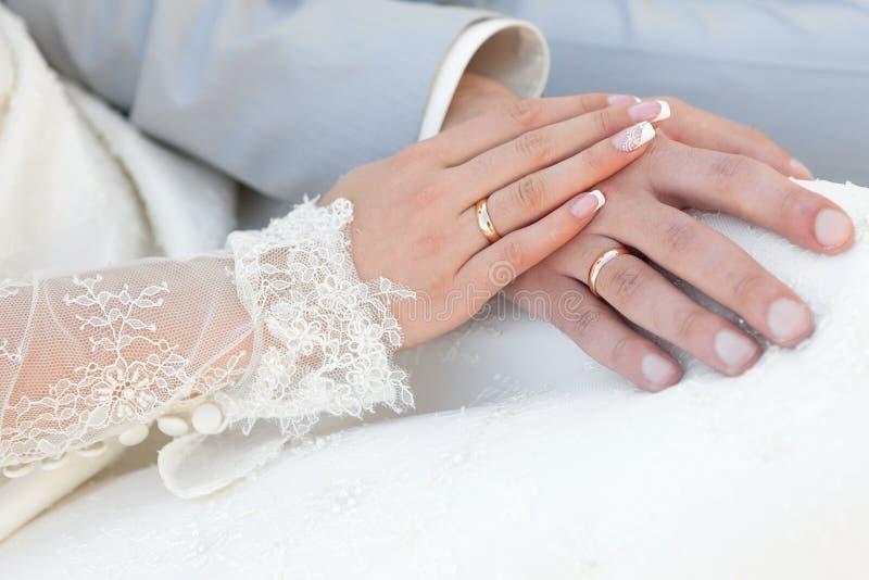 Groom обнимает невесту стоковое изображение rf